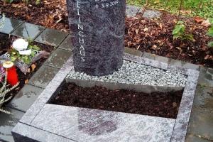 Erwitte, Urnenanlage, Stele, Urnenstein, Einfassung, Abdeckplatte, Kies, pflegeleicht