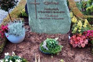 Gesmold, Denkmal, Grabstein, Felsen, Bronzeschrift, Bronzekreuz