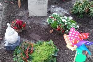 Glandorf, Grabstein, Denkmal, Urnenstein, Stele, Ornament, handwerklich, Kindergrab, Grableuchte