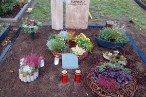Herzfeld, Denkmal, Grabanlage, Zweiteiler, Stele, Sandstein, Ornament, Rose, Einfassung