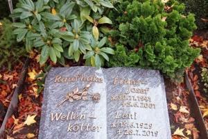 Ostbevern, Grabstein, Granitbuch, Bronzeschrift, Bronzerose, Grabvase