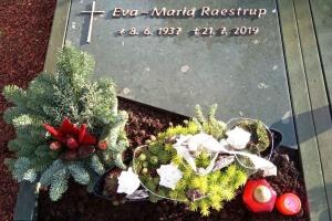 Stromberg, Urnengrab, Abdeckplatte, Einfassung, Bronzeschrift, Bronzekreuz, pflegeleicht