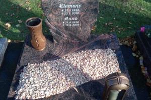 Weiberg, Büren, Urnengrab, Urnenanlage, Urnenstein, Einfassung, Abdeckplatten, Grableuchte, Grabvase