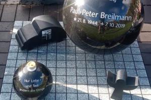 Steinfurt Urnengrabanlage mit Kugel und individuellen Ornamenten Unterplatte in gepflasterter Optik