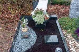 Sythen modern gestaltete Grabanlage mit Grabstein aus Ocean beige Diabas und Bronzebaum sowie Grablaterne