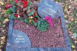 Urnengrabanlage mit Granit Blatt und Viertelkreis