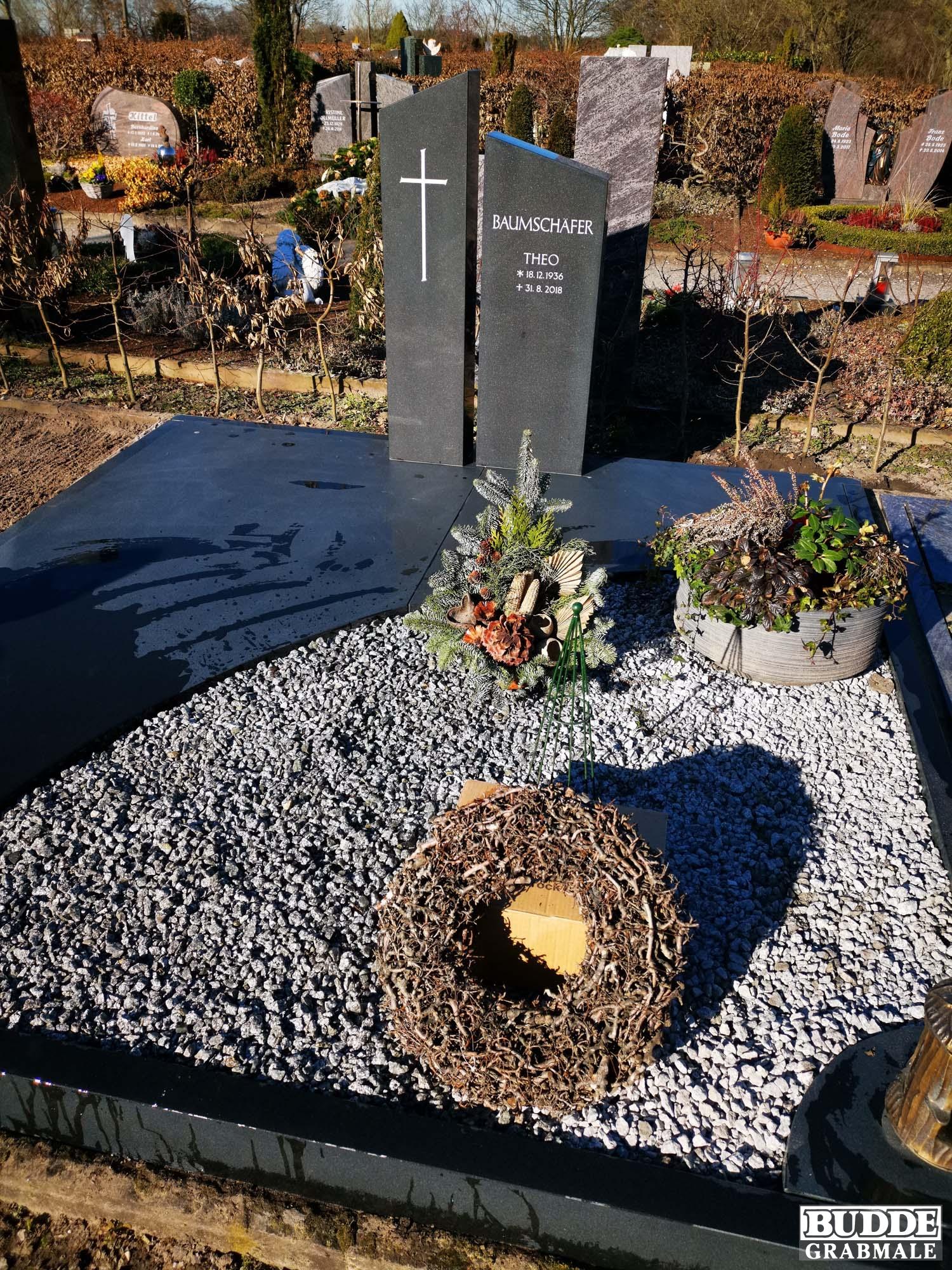 Avenwedde, Grabstein mit Einfassung und Teilabdeckung Black Granit