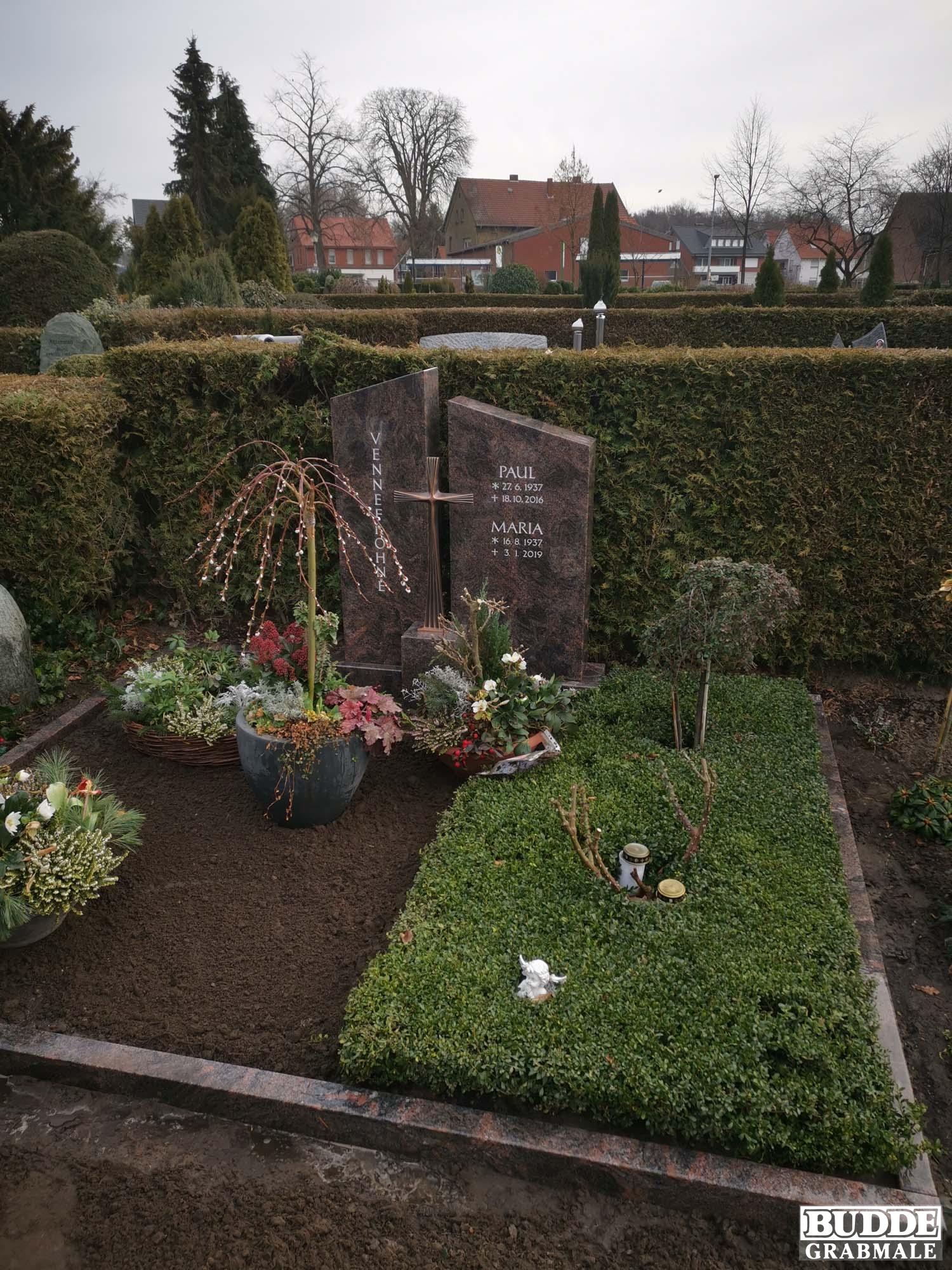 Clarholz, Grabstein zweiteilig mit Bronzekreuz