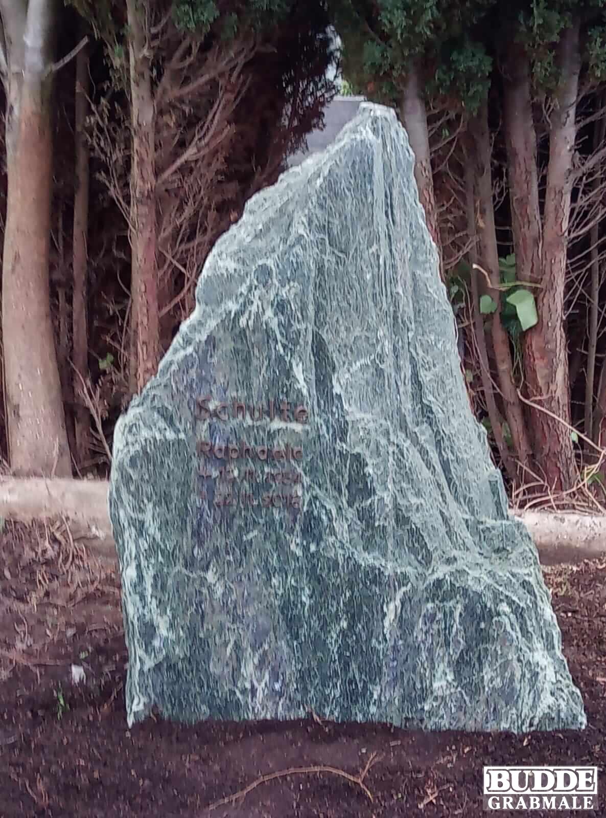 Ense Bremen, Grabstein Serpentin mit Bronzeschrift