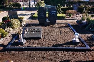 Clarholz, Grabstein zweiteilig mit Einfassung und Liegestein Material Impala
