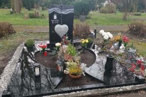 Dortmund, Grabanlage mit Granitherz und Einfassung, individuelle Grababdeckung