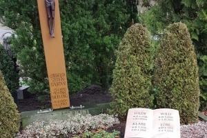 Grabsteinbuch liegend mit Holzkreuz