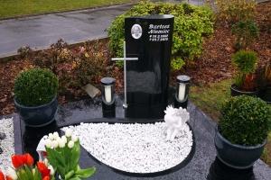 Halle Urnengrabanlage mit Granitlaterne und Teilabdeckplatte