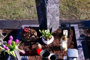 Herzebrock Clarholz, Urnengrabstein mit Grablaterne und Grabvase