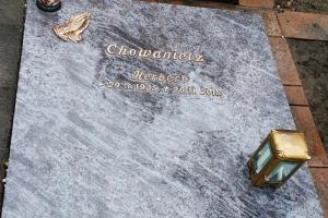 Hövelhof, Urnengrabplatte aus Orion Granit Schriftart Bronze