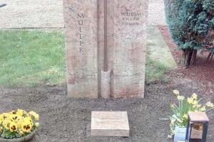 Kaiserswerth, Grabstein mit Bronzekreuz