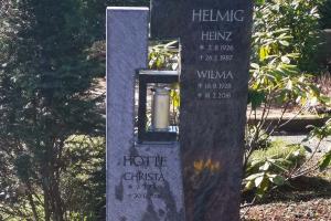 Osthofen_Soest, Grabstein zweiteilig Orion Granit, Steinlaterne integriert