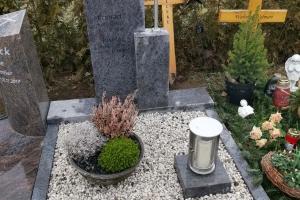 Urnengrabstein mit Einfassung
