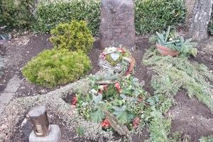 Grabstein aus Barap Granit gebrannt mit betenden Händen