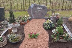 Harsewinkel, Grabstein mit Rose und Taubengravur Grablaterne Bronze