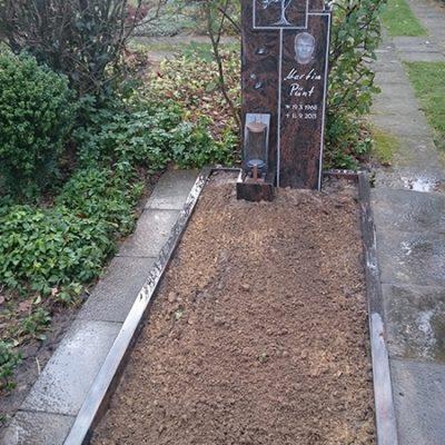 Einen - Grabmal mit Gravur und Einfassung