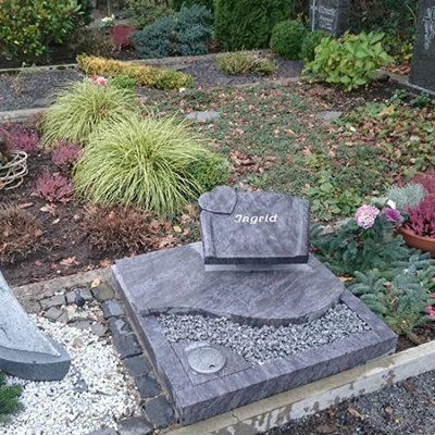 Leeden - Urnengrabanlage mit Schrifttafel