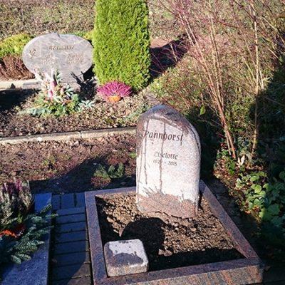 Leopoldshöhe - Urnengrabstein mit Einfassung aus Barap-Granit