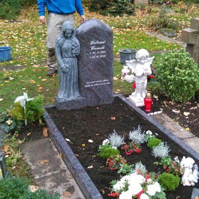Tiefenbroich - Grabmal mit Einfassung