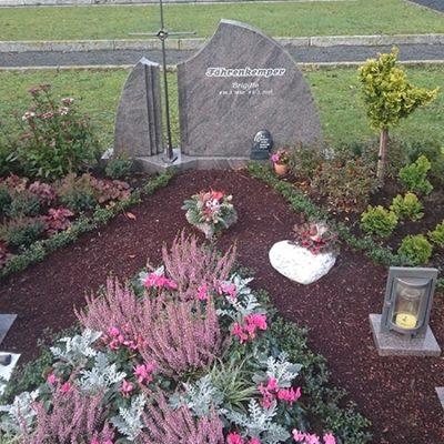 Vorhelm - Grabstein mit Bronzekreuz