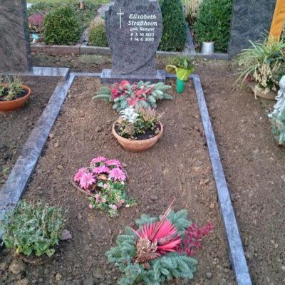 Altenhagen, Einzelgrabstein mit Einfassung