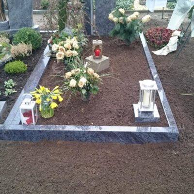 Clarholz, moderner zweiteiliger Grabstein mit Edelstahlkreuz und Einfassung