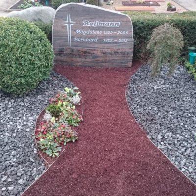 Clarholz, nacheschrifteter Grabstein mit Kiesbeet