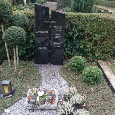 Lippstadt - Grabstein mit Einfassung und Kiesbeet