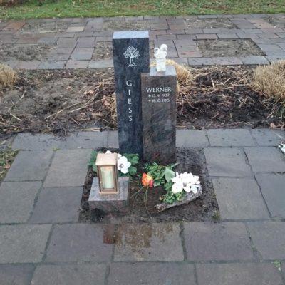 Spexard, Urnengrabstein mit Baumornament aus zwei verschiedenen Materialien
